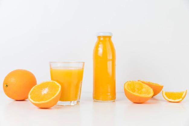 Vue de face composition de jus d'orange frais Photo gratuit