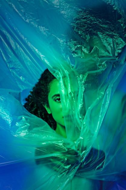 Vue de face couple avec feuille plastique Photo gratuit