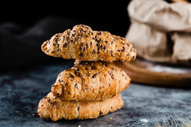 Vue de face des croissants sur fond noir Photo gratuit