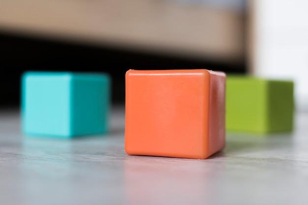 Vue De Face De Cubes Colorés Sur Le Sol Photo gratuit