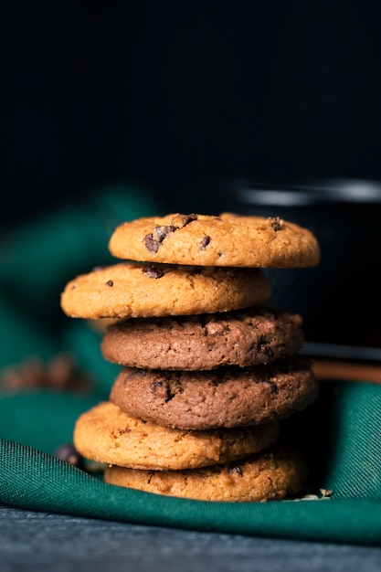Vue De Face De Délicieux Biscuits Aromatisés Sur La Table Photo gratuit
