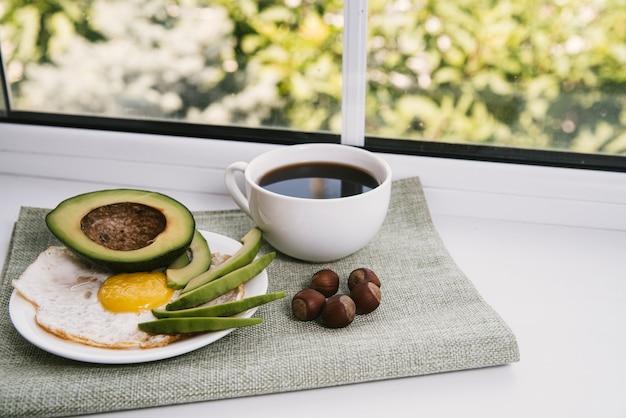 Vue de face délicieux petit déjeuner avec un arrière-plan flou Photo gratuit