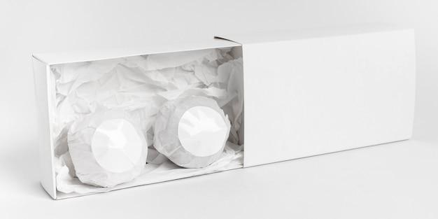 Vue De Face De La Disposition Des Bombes De Bain Sur Fond Blanc Photo gratuit