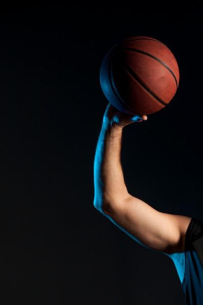 Vue De Face Du Bras Du Joueur De Basket-ball Tenant La Balle Photo gratuit