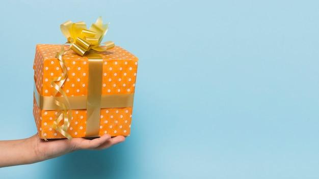 Vue de face du cadeau tenu à la main Photo gratuit