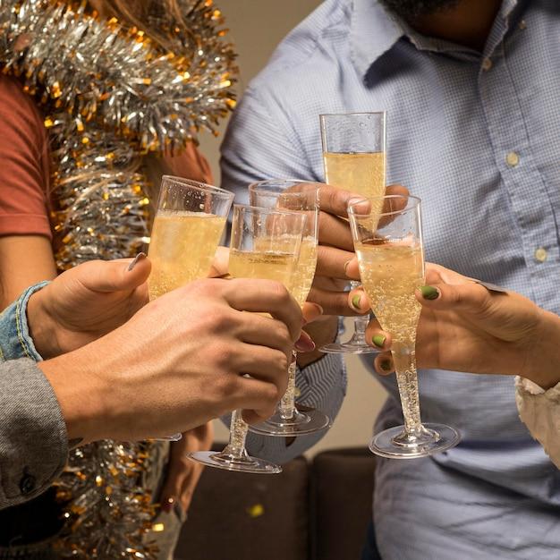 Vue De Face Du Champagne En Verre Le Nouvel An Photo gratuit