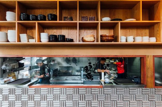 Vue De Face Du Comptoir De Cuisine Ramen Avec Une étagère En Bois Sur Le Dessus. Photo Premium