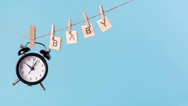 Vue De Face Du Concept Mignon Petit Bébé Avec Horloge Photo gratuit
