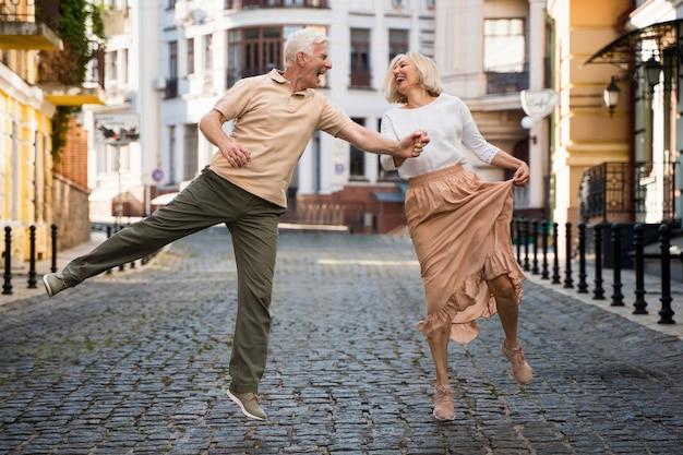 Vue De Face Du Couple Heureux Smiley Main Dans La Main Dans La Ville Photo gratuit