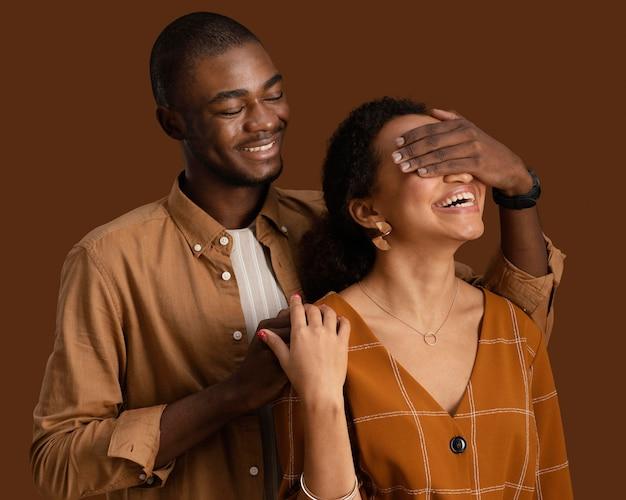 Vue De Face Du Couple Souriant Posant Ensemble Et S'amusant Photo gratuit