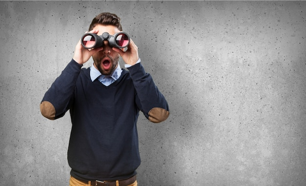 Vue De Face Du Gars Surpris Avec Des Jumelles Photo gratuit
