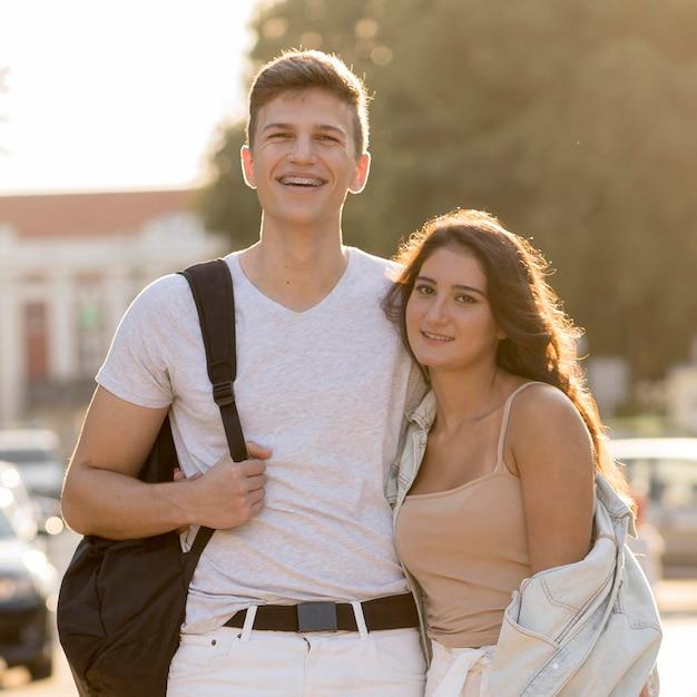 Vue De Face Du Joli Couple Embrasser En Ville Photo gratuit