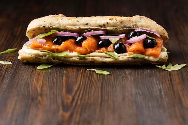 Vue De Face Du Sandwich Au Saumon Aux Olives Et Copiez L'espace Photo gratuit