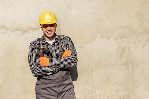 Vue De Face Du Travailleur Masculin Avec Casque Et Copiez L'espace Photo Premium