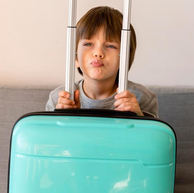 Vue De Face De L'enfant Avec Des Bagages Photo gratuit