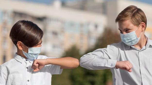 Vue De Face Des Enfants Avec Bosse De Coude Photo gratuit