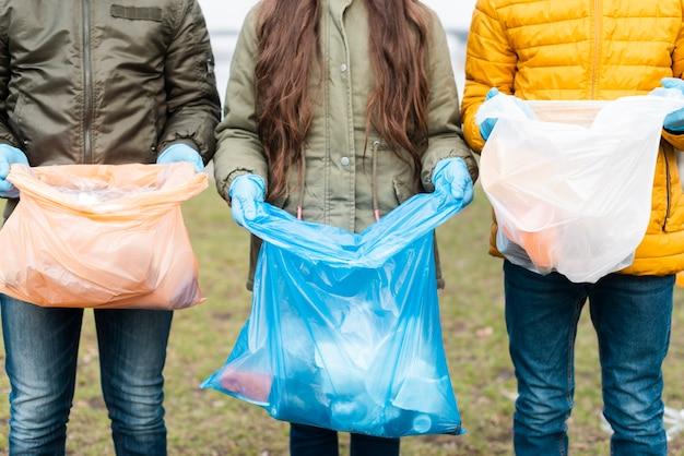 Vue De Face Des Enfants Avec Des Sacs En Plastique Photo gratuit