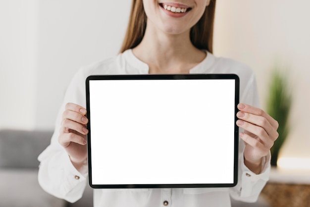 Vue De Face Enseignant Tenant Une Tablette Numérique Espace Copie Photo gratuit