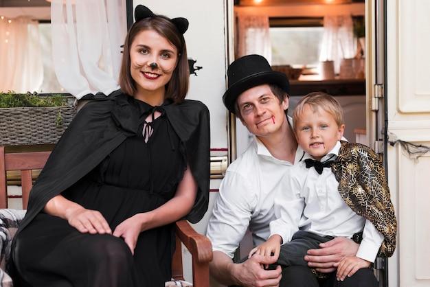 Vue De Face Famille Posant Ensemble Photo gratuit