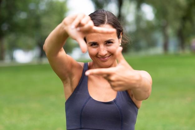 Vue de face femme femme caméra geste de la main Photo gratuit