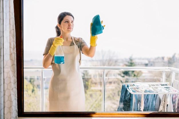 Vue De Face Femme Fenêtre De Nettoyage Photo gratuit