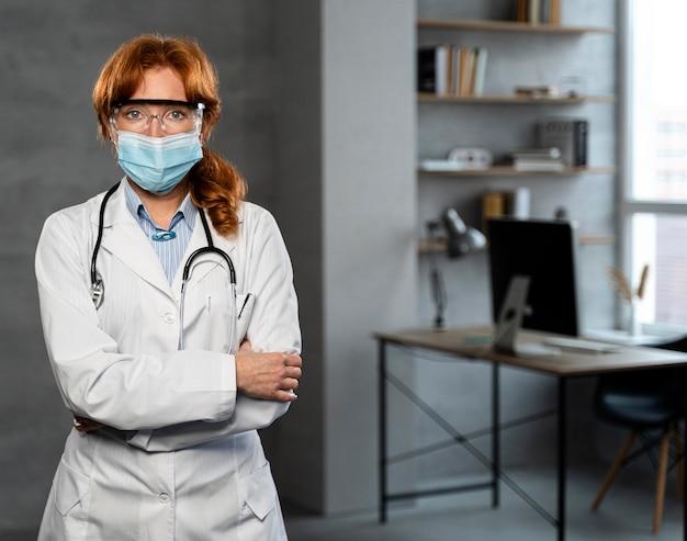 Vue De Face De La Femme Médecin Avec Masque Médical Et Espace Copie Photo gratuit