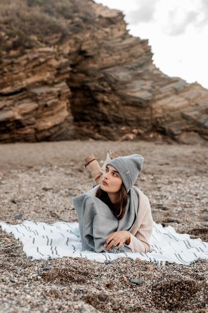 Vue De Face De La Femme Se Détendre à La Plage Seule Photo Premium