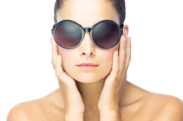 Vue de face de femme sérieuse femme portant des lunettes de soleil ... 3cd06cb88332