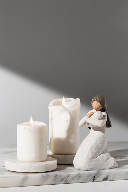 Vue De Face De La Figurine Féminine Du Jour De L'épiphanie Avec Des Bougies Photo gratuit
