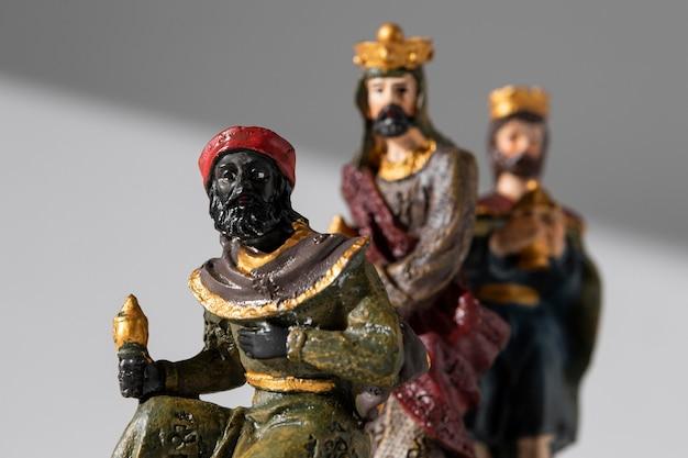 Vue De Face Des Figurines De Rois Du Jour De L'épiphanie Avec Des Couronnes Photo gratuit