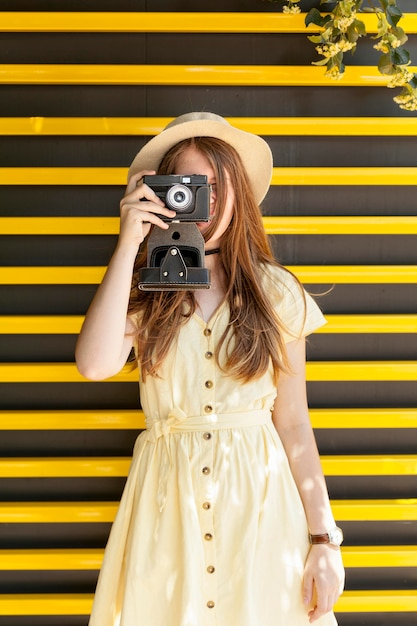 Vue De Face Fille Prenant Des Photos Photo gratuit