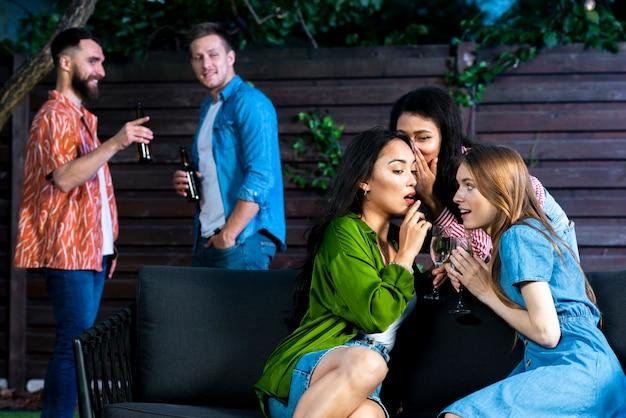 Vue de face des filles avec des boissons bavardant Photo gratuit