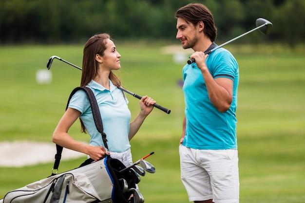 Vue de face fit des amis jouant au golf Photo gratuit
