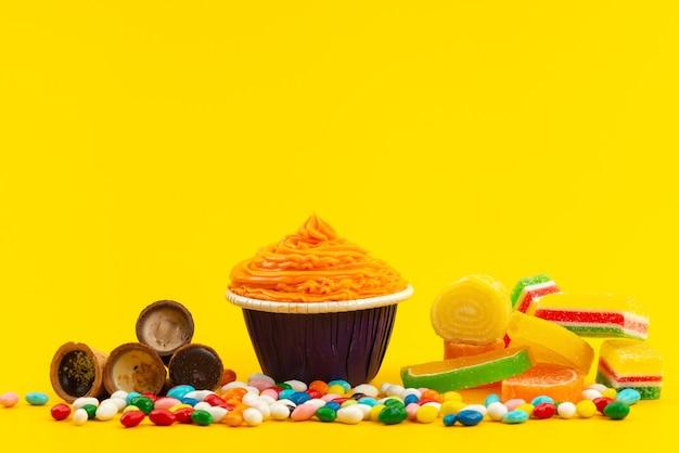 Une Vue De Face Gâteau Orange Avec Des Bonbons Colorés Et Marmelades Sur Jaune, Couleur Biscuit Sucre Sucré Photo gratuit