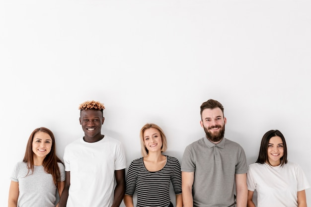 Vue de face groupe d'amis smiley Photo gratuit