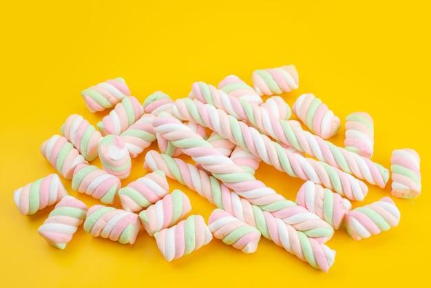 Une Vue De Face De Guimauves Sucrées Isolé Sur Bureau Jaune, Couleur Sucrée De Sucre Candy Photo gratuit