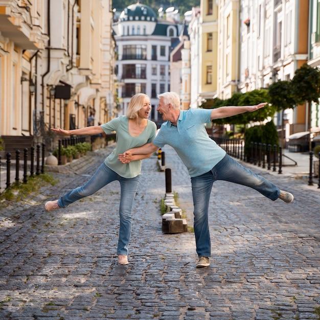 Vue De Face De L'heureux Couple De Personnes âgées Profitant De Leur Temps Dans La Ville Photo gratuit