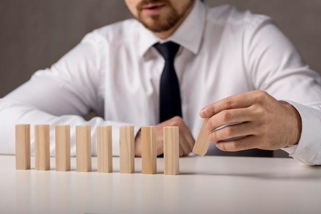 Vue De Face D'homme D'affaires Avec Des Dominos Photo gratuit