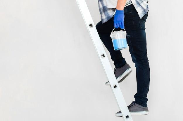 Vue De Face De L'homme Dans Les Escaliers Avec Espace Copie Photo gratuit