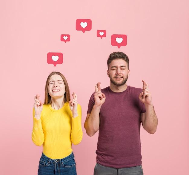 Vue de face d'un homme et d'une femme faisant un vœu Photo gratuit