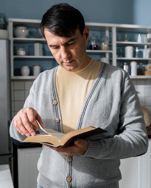 Vue De Face De L'homme Lisant La Bible Photo gratuit