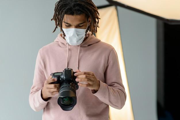 Vue De Face Homme Portant Un Masque Photo gratuit