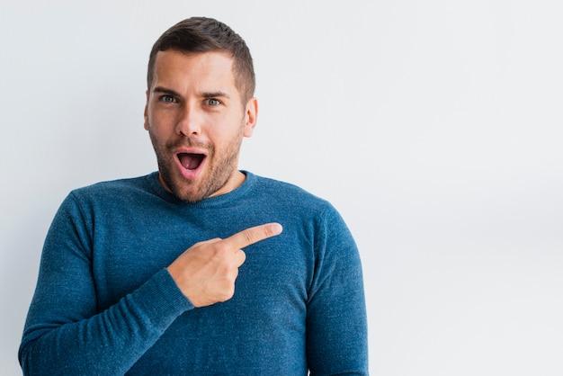 Vue de face homme surpris pointant Photo gratuit