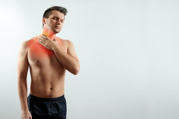 Vue de face, un homme tient ses mains derrière sa gorge Photo Premium