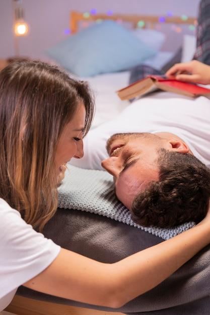 Vue de face, jeune couple, dans, chambre à coucher Photo gratuit