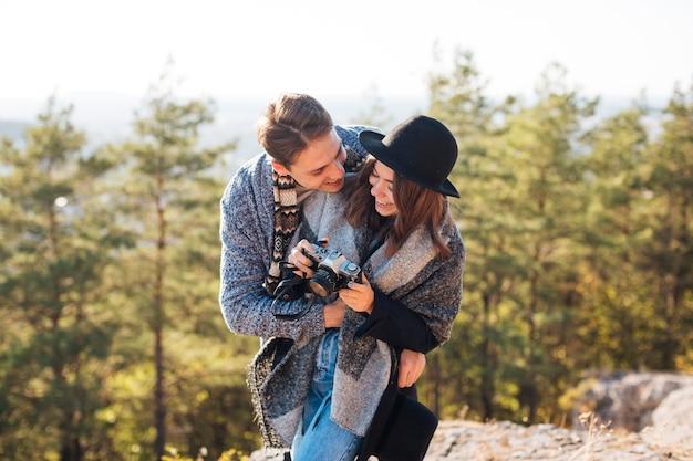 Vue de face, jeune couple, ensemble, dehors Photo gratuit