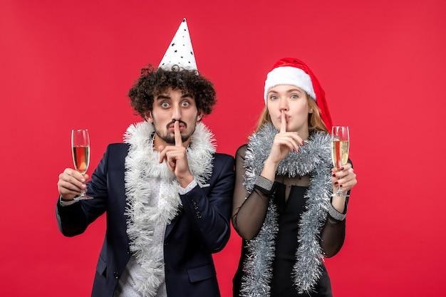 Vue De Face Jeune Couple Juste Célébrer Le Nouvel An Sur Le Plancher Rouge Amour Fête De Noël Photo gratuit