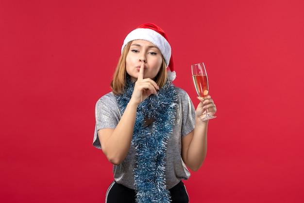 Vue De Face Jeune Femme Demandant De Garder Le Silence Sur Le Mur Rouge Fête De Noël Photo gratuit