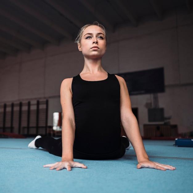 Vue De Face Jeune Femme Formation Pour Les Jeux Olympiques De Gymnastique Photo gratuit