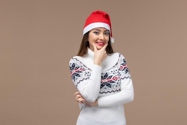 Vue De Face Jeune Femme Largement Souriant Sur Fond Marron Nouvel An émotions Noël Photo gratuit